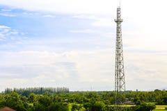 Una nuova costruzione sta costruenda con uso della gru a torre Fotografie Stock Libere da Diritti