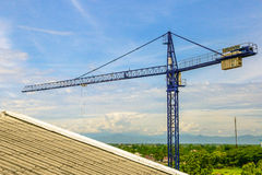 Una nuova costruzione sta costruenda con uso della gru a torre Fotografie Stock