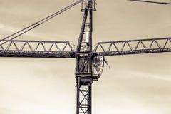 Una nuova costruzione sta costruenda con uso della gru a torre Fotografia Stock Libera da Diritti