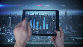Una nuova interfaccia della compressa che è utilizzata in una grande città archivi video