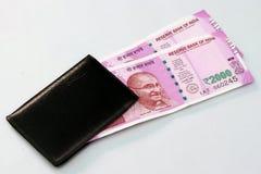 Una nuova valuta indiana di 2000 note della rupia nella borsa dei soldi Fotografie Stock Libere da Diritti