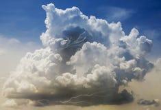 Una nuvola temporalesca della costruzione con i fulmini dentro Fotografia Stock