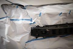 Una o papel à pintura da reparação de automóveis da carroçaria do carro da garagem da pintura à pistola após o acidente durante a Foto de Stock