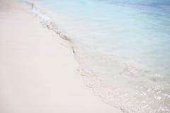 Una ola de arena azul y blanca Foto de archivo