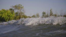 Una onda de un barco en el río almacen de metraje de vídeo