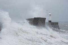 Una onda enorme golpea Porthcawl, el Sur de Gales, Reino Unido Foto de archivo