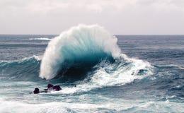 Una onda hermosa de la tormenta en la costa del norte de la isla de Madeira en el Atlántico Imágenes de archivo libres de regalías