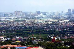 Una opinión aérea edificios comerciales y residenciales y establecimientos en las ciudades de Cainta, de Taytay, de Pasig, de Mak fotografía de archivo