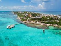Una opinión aérea Isla Mujeres en Cancun, México imagen de archivo