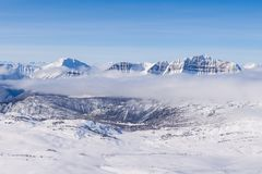 Una opinión aérea Rocky Mountains en Alberta en invierno Imagen de archivo