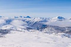 Una opinión aérea Rocky Mountains en Alberta en invierno Foto de archivo libre de regalías