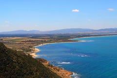 Una opinión agradable sobre la orilla mediterránea Foto de archivo libre de regalías