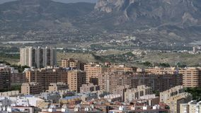 Una opinión de Alicante de la aleación de aluminio sobre un día brillante metrajes