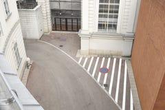 Una opinión de alto ángulo de la calle vacía estrecha en Viena Imagen de archivo