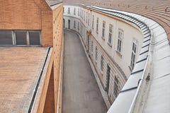 Una opinión de alto ángulo de la calle vacía estrecha en Viena Imagen de archivo libre de regalías
