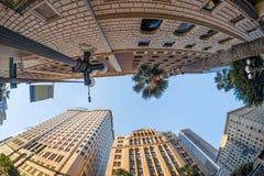 Una opinión de cabeza-giro sobre edificios clásicos altos en el Los céntrico Fotografía de archivo libre de regalías