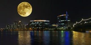 Una opinión de Hayden Ferry Lakeside Full Moon, Tempe Imagenes de archivo