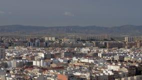 Una opinión de la aleación de aluminio de Alicante soleada contra las montañas hermosas almacen de video