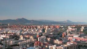Una opinión de la aleación de aluminio del área de Alicante en un día soleado almacen de metraje de vídeo
