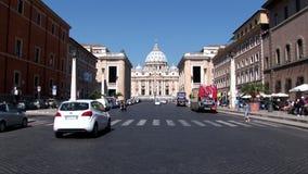 Una opinión de la calle de la basílica de San Pedro en Roma almacen de video