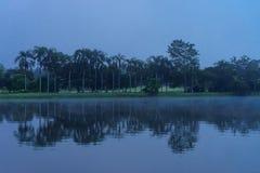 Una opinión de la madrugada del río en centro turístico en Chaingmai imagenes de archivo