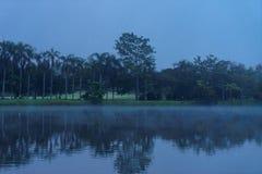 Una opinión de la madrugada del río en centro turístico en Chaingmai foto de archivo