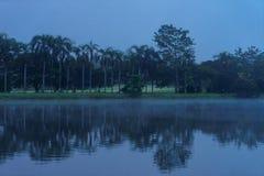 Una opinión de la madrugada del río en centro turístico en Chaingmai fotografía de archivo