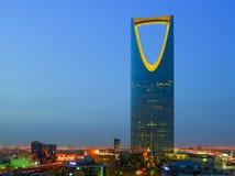 Una opinión de la noche del ` del al-Mamlaka del ` de la torre del reino en Riad, la Arabia Saudita imagenes de archivo