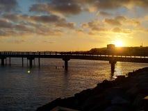 Una opinión de la puesta del sol del embarcadero en el puerto de Sassnitz imagenes de archivo