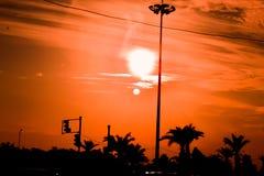 Una opinión de la puesta del sol sobre un día nublado en una carretera imagen de archivo libre de regalías