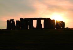 Una opinión de la silueta de Stonehenge en la puesta del sol Fotografía de archivo libre de regalías