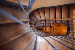 Una opinión de plan de una escalera de madera espiral Fotografía de archivo libre de regalías