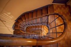 Una opinión de plan de una escalera de madera espiral Fotos de archivo libres de regalías