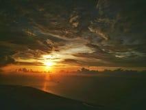 Una opinión del ariel de un momento de la puesta del sol a través de una ventana del vuelo imagen de archivo libre de regalías