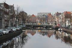 Una opinión del canal de la ciudad de Leiden Fotos de archivo libres de regalías