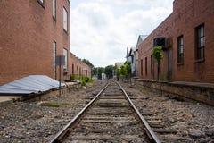 Una opinión del ferrocarril del camino al éxito en una pequeña ciudad Foto de archivo