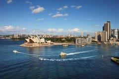 Una opinión del horizonte del teatro de la ópera de Sydney y el transbordador actúan Fotografía de archivo libre de regalías