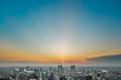 Una opinión del ojo de pájaro de Bangkok en el crepúsculo Imagenes de archivo