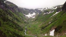 Una opinión del ojo del ` s del pájaro del barranco de la alta montaña en las montañas alpinas metrajes