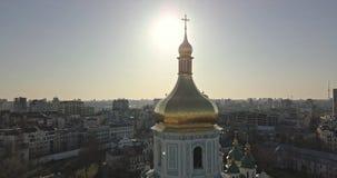 Una opinión del ojo del ` s del pájaro, vídeo panorámico del abejón en 4K al Golden Dome del campanario de la catedral del ` s de metrajes