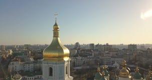 Una opinión del ojo del ` s del pájaro, vídeo panorámico del abejón en 4K a la catedral del ` s de Sophia del santo de Golden Dom almacen de video