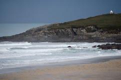 Una opinión del paisaje del promontorio del norte de Fistral incluyendo el océano y Sandy Beach Shore imagenes de archivo