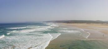 Una opinión del panorama de la playa hermosa de Bordeira, plac que practica surf famoso Foto de archivo