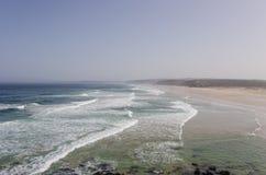 Una opinión del panorama de la playa hermosa de Bordeira, plac que practica surf famoso Fotos de archivo