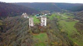 Una opinión del s-ojo del ` del pájaro de las ruinas del castillo de Chervonohorod y de la iglesia arruinada ucrania almacen de metraje de vídeo