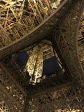 Una opinión del superficie inferior de la torre Eiffel fotografía de archivo libre de regalías