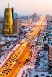 Una opinión desde arriba sobre una avenida grande que va abajo al horizonte, y un rascacielos de oro de minestry en Astaná, Kazaj Fotografía de archivo libre de regalías