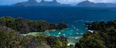 Una opinión desde arriba sobre una laguna en la cual los barcos trajeron a turistas las FO Imagen de archivo libre de regalías