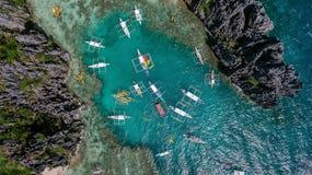 Una opinión desde arriba sobre una laguna en la cual los barcos trajeron a turistas las FO Imágenes de archivo libres de regalías