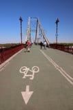 Una opinión el puente peatonal y la gente que da un paseo en él Fotos de archivo